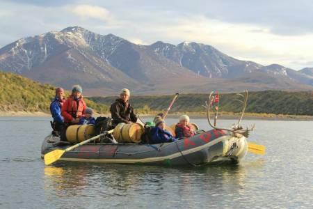 I fjor dro familien på langtur til Alaska, dit elvene, fiskene og alt er større. Turen er viet to episoder i serien.