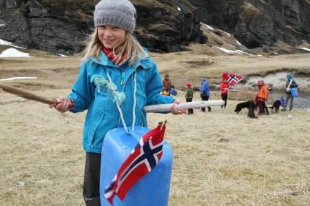 Runa (9) fra 17. mai-feiringen på Sørøya, langt ute i havgapet. Foto: Lars Krempig