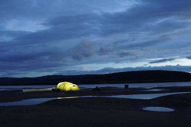 Sandøyer: Underveis campet vi på en rekke sandøyer. For å ha en ekstra trygghet overfor bjørn og andre rovdyr. Men også for å holde myggen vekk. Foto: Peter Gupta