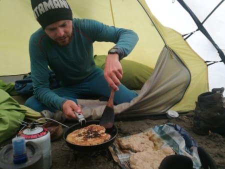 Mat: Normalt skal man spise og holde maten 100-150 meter unna telt, men etter hvert som tiden gikk gadd vi ikke bryet og ville bjørnen komme fikk den bare komme. Foto: Peter Gupta