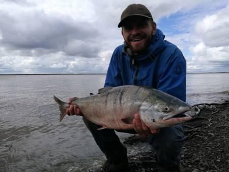 Stor fisk: Å fange laks i kilosklassen med bare hender er en helt rå opplevelse. Foto: Peter Gupta