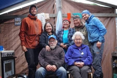 Heltene: Møter med de innfødte langs elva ble det mange av. Her er gjengen som reddet kanoen og ekspedisjonen vår. Marius (t.h) og Ivan Sigmundsen til venstre. Foto: Peter Gupta