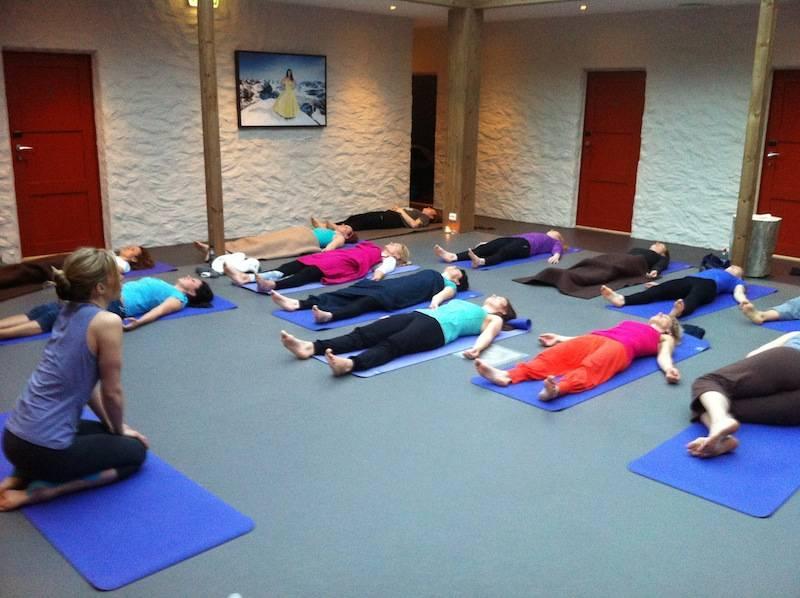 MORGENYOGA: På SkiYogaCamp starter hver dag med yoga klokka 7.