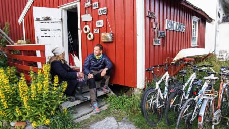 PREPPING: Kajakkguide Runhild Olsen gir Kristoffer Vandbakk en innføring i padlemulighetene rundt Reine.