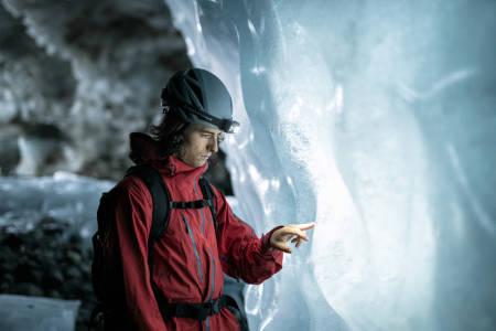 RINGSDALSGROTTA:  Tarjei Byrkjeland Aasen studerer strukturane i isen. Isen er kanskje død, men den har likevel mange spennande historier å fortelje. Foto: Vegard Aasen