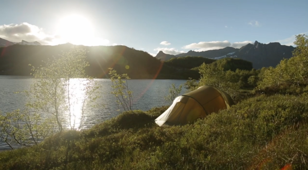 TELTPLASS: Det finnes gode teltplasser og dårlige teltplasser. Markus og Inge Wegge har nok opplevd begge deler – og vet hvilke rommelfingerregler som gjelder. Foto: Skjermdump
