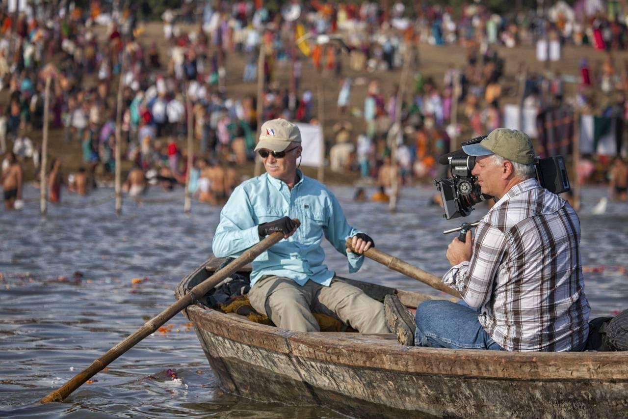 Mark Angelo ved Khumb Mela, en syklisk  hinduhøytid som er ett av de største og folkerikeste valfartsmålene i hinduismen. Foto: Riverblue