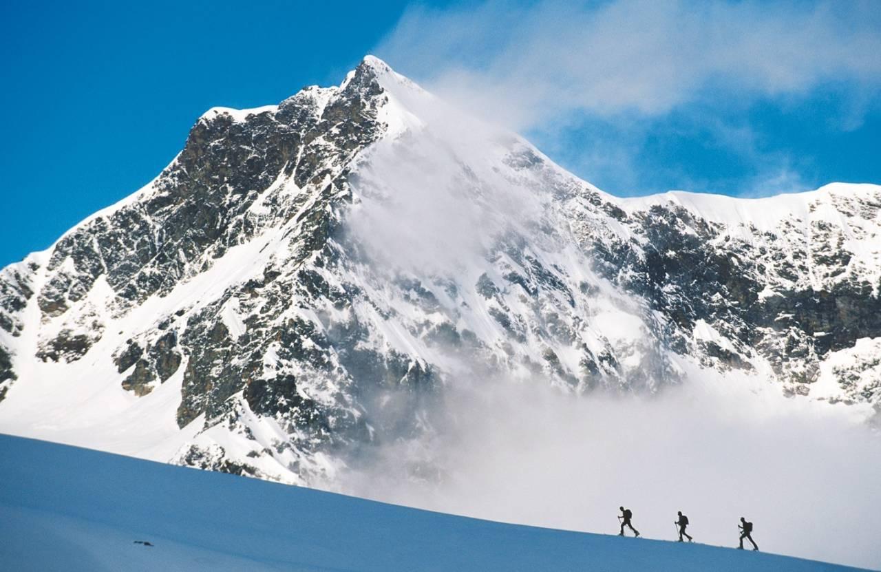 OVER SKYENE: På vei opp mot drøyt 3000 meter høye Rauer Kopf i Silveretta-massivet. Foto: Peter Mathis