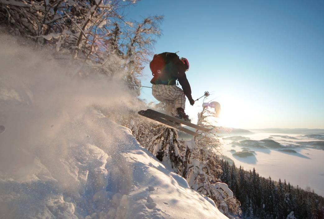 Martin Ellingsen Winther har droppet fjellturen og i stedet tatt med toppturskiene til Krokskogen, nordvest for Oslo. Alle foto: Matti Bernitz