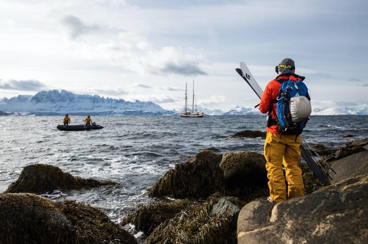 UTLIGJENGELIG: I Kvænangen stuper mange renner rett ned i havet, og er kun tilgjengelige med båtskyss. Antte Lauhamaa nyter utsikten mot Kvænangstindan mens han venter på skyss tilbake til det flytende hjemmet. Foto: Mika Merikanto