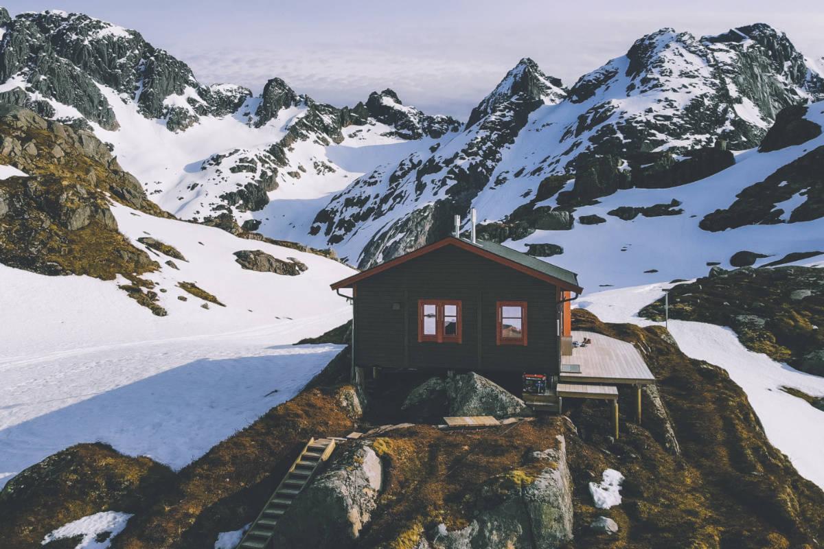 TROLLFJORDHYTTA: Det var like i nærheten av denna hytta Trond Løkke ble tatt av et skred. Arkivfoto: DNT / Marius Dalseg