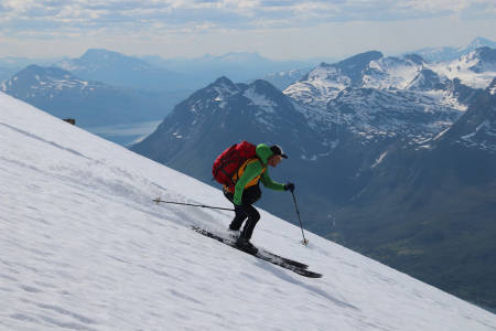 NEDKJØRING: Espen Nordahl har over 50 turer på Jiekkevarri. Her er en av nedkjøringene. Foto: Svein Mortensen
