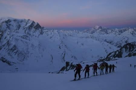 OPPTUR: Når sola er på vei opp og gløder mot Mont Blanc-massivet, er rosa den fineste fargen. Foto: Nils Nielsen