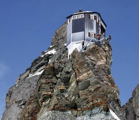 De fleste drar til Alpene for skiforholdenes skyld. Fjellhyttene står ikke akkurat tilbake for opplevelsen. Bertol-hytta inngår i flere andre rutevarianter, og det er mulig å komme hit på en dagstur fra Arolla, skistedet vest for Zermatt. Har du en helg, kan du gå Arolla – Bertol – Zermatt. Det inkluderer også mye fin skikjøring, ikke minst ned til Zermatt. Foto: Bjørn Lytskjold