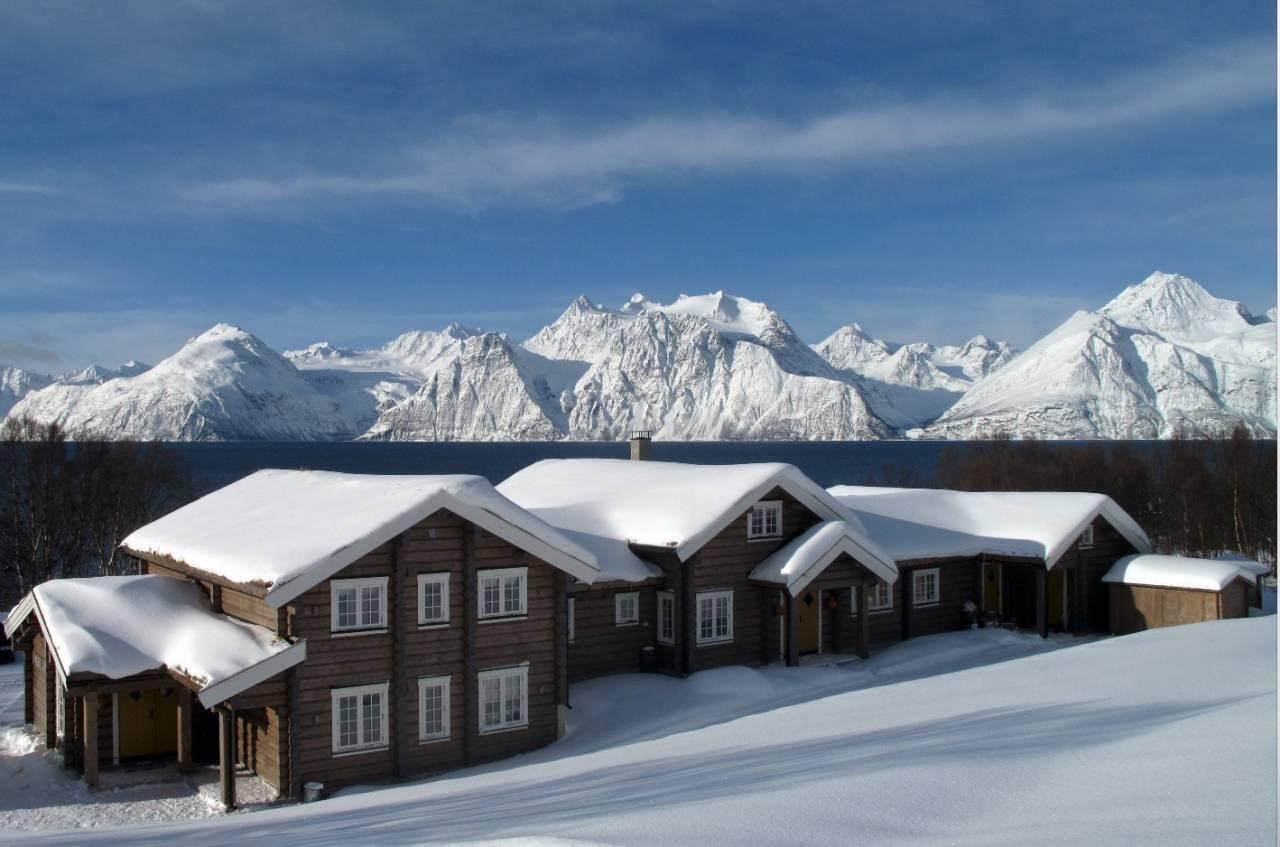 FRI SIKT: Med utsikt til kvasse tinder kan du nyte livet på Lyngen Lodge. Foto: Privat