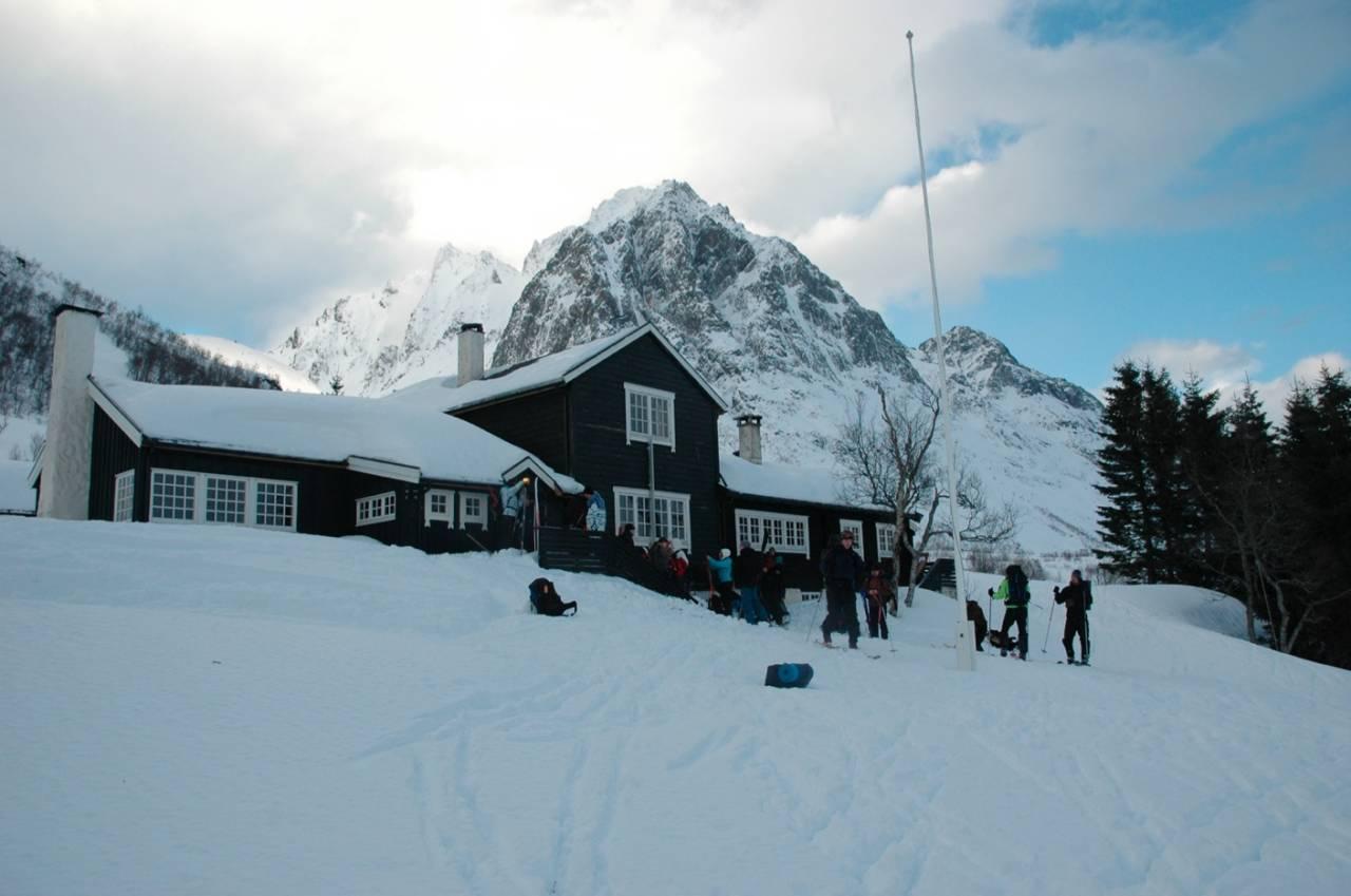 FINT PLASSERT: I ett av Norges mest spektakulære fjellområder finner du Standalhytta. Skiturene herfra er magiske. Foto: Sandra Lappegard