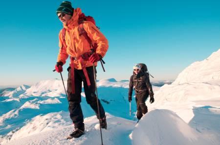 STEGJERNSFØRE: Det ser kanskje snøfylt ut, men skiene kunne vi bare glemme å få feste med. Magnus Hjortås leder an foran artikkelforfatteren. Foto: Helge Wangberg