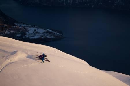 ENKE TOPPTURER: For en herlig dag! Norge er et drømmeland for skientusiaster, og rikt på terreng hvor du både kan leke trygt i snøen og bevege deg trygt vinterstid. Bildet viser skikjøring ned fra Molden med utsyn mot Lustrafjorden. Foto: Bård Basberg