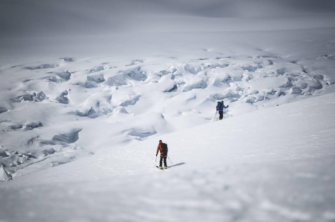 VERDENS TØFFESTE BRESKITUR: Jostedalsbreen har ankomst fra mange kanter og brearmer med mye flott skikjøring. Bli med på tidenes rundtur. Foto: Hans Kristian Krogh Hanssen