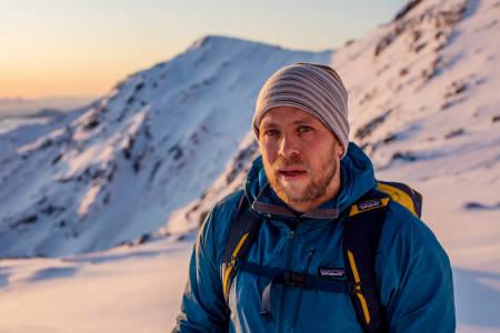 KURSEN MÅ STYRES: Sjur Hauge jobber som fjellfører i Northern Alpine Guides. –  I Lofoten er man vant til turister og grupper, og forstår at turisme er med på å drive lokalsamfunnet. Men når folk kommer og bare tar og ikke gir, så føles det tungt og unødvendig, sier han. Foto: Espen Mortensen