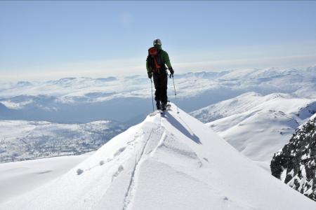 Med toppturski kommer du deg til snø som ingen har kjørt før deg! Foto: Sandra Lappegard
