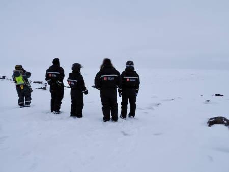 SPEIDER ETTER ISBJØRN: Vi prøver å få øye på isbjørn ute i Mohnbukta, og litt senere så vi den faktisk. Foto: Lisa Kvålshaugen Bjærum