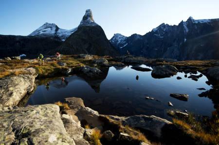 FINN FLYTEN: Med Romsdalshorn i bakgrunnen må du passe på at alle inntrykkene ikke får deg til å gå over styret på sykkelturen. Foto: Mattias Fredriksson