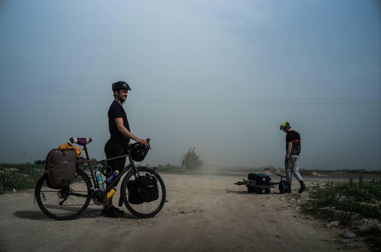 Å sykle i ørkenlandskap med stiv kuling rett i ansiktet er alt annet enn behagelig.