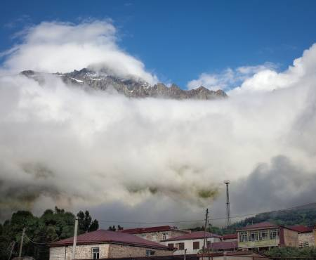 Kaukasus er en fjellkjede i Kaukasia, Hovedfjellkjeden er om lag 1200 kilometer lang og går hovedsakelig i øst-vestlig retning mellom Kaspihavet og Svartehavet. Foto: Hans Aage