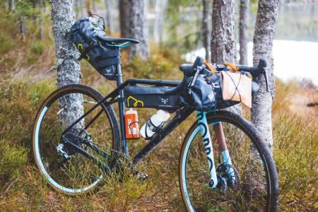 KOM I GANG MED BIKEPACKING: Kjøret går! Med sykkelveskene stroppet på sykkelen, forringes ikke selve syklingen og eventyret ligger foran deg. Foto: Kristoffer H. Kippernes