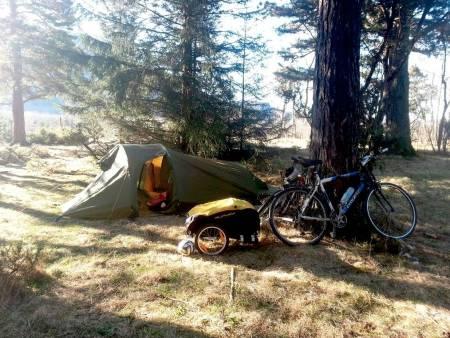 – Det er så kult å våkne i et telt. Jeg føler meg som Lars Monsen, sier Jesper når han våkner neste morgen. Foto: Lars Erik Sira
