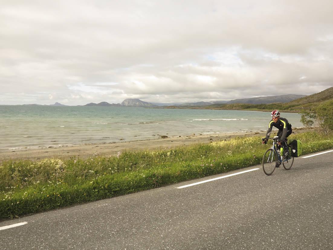 GLANSBILDET: Helgelandskysten kan minne om syden, men bekledningen avslører tempraturforskjellen. Foto: Sandra Lappegard