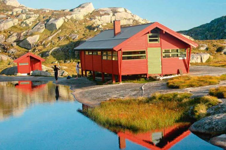 Børsteinen turisthytte ligger ikke langt fra veien og har 12 sengeplasser. Foto: Knut Bjoraa, www.castorforlag.no