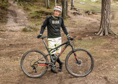 LETT FORSKNING: Redaktør Øyvind Aas sjekker om det er tid å spare med en lett contra tung sykkel. Bilde: Christian Nerdrum