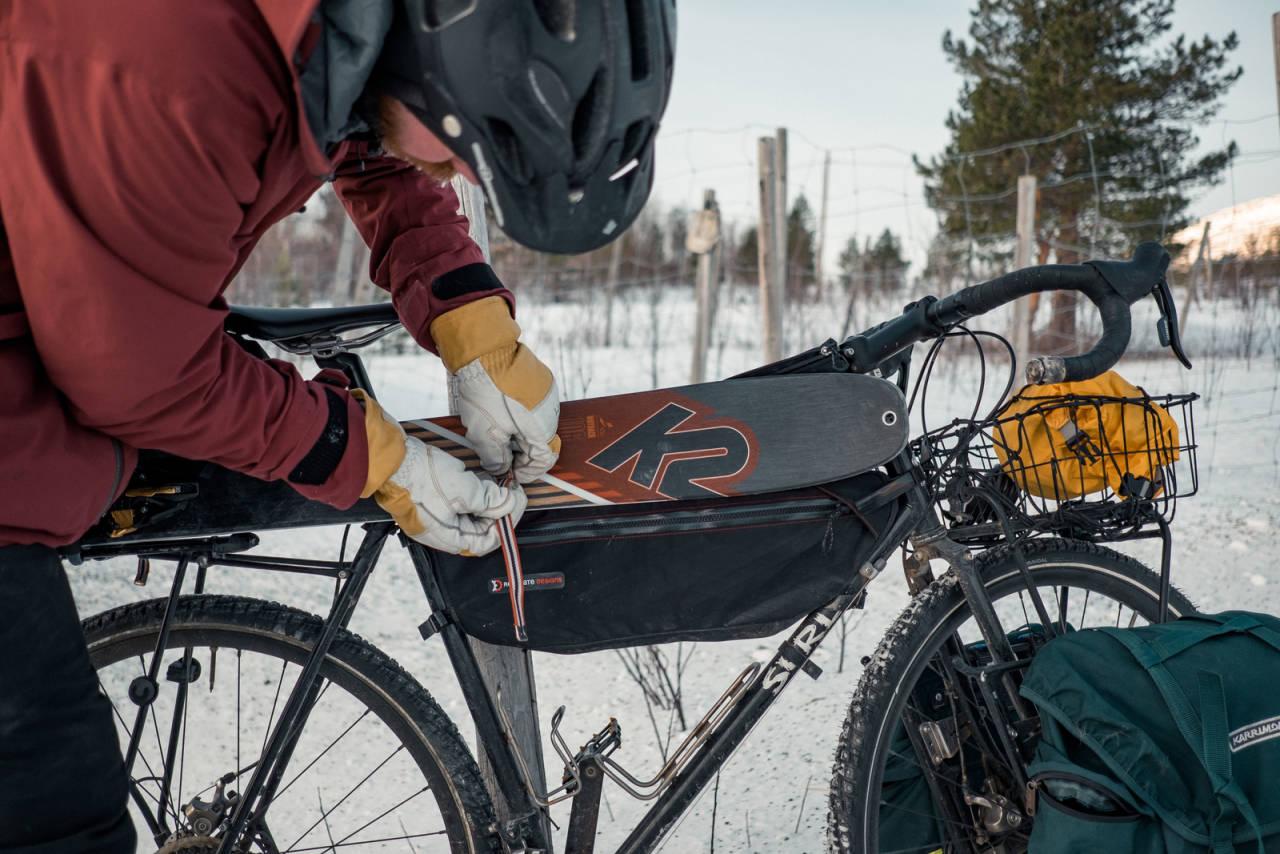 FRA SYKKEL TIL SKI: Få har mer erfaring med å feste skiene til sykkelen enn Andreas Køhn. Sykkelvesker er for nivå 2.