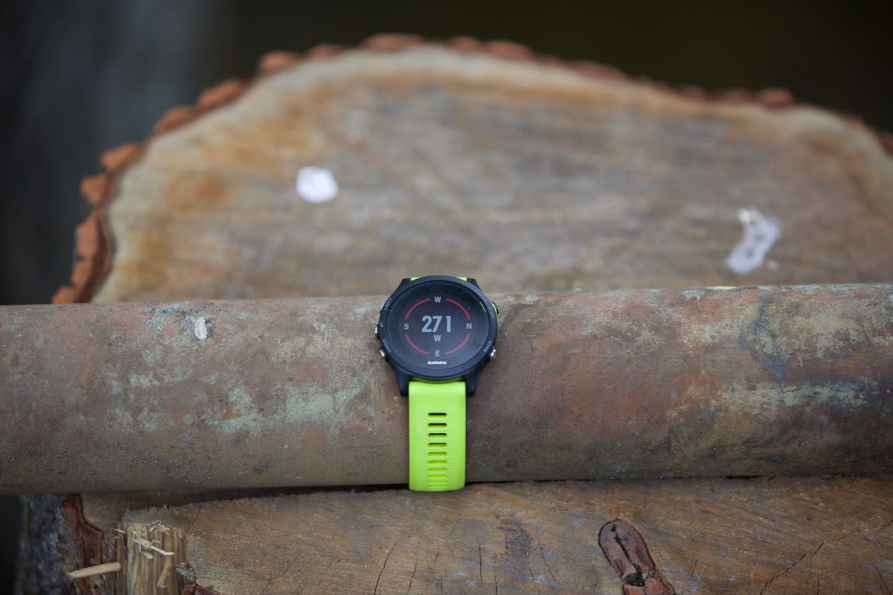 KOMPASS: Du kan laste ned kart til klokka, men også bruke den som kompass i tillegg til vanlig papirkart. Foto: Øyvind Aas