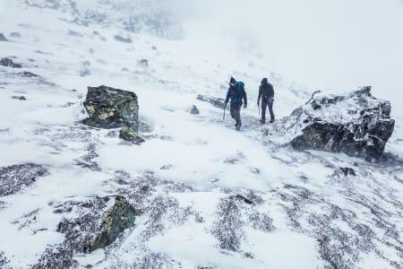 Bragesettet fra Klättermusen kommer helt til sin rett i rufsete snøvær! Foto: OutdoorSwe Martin Olsson