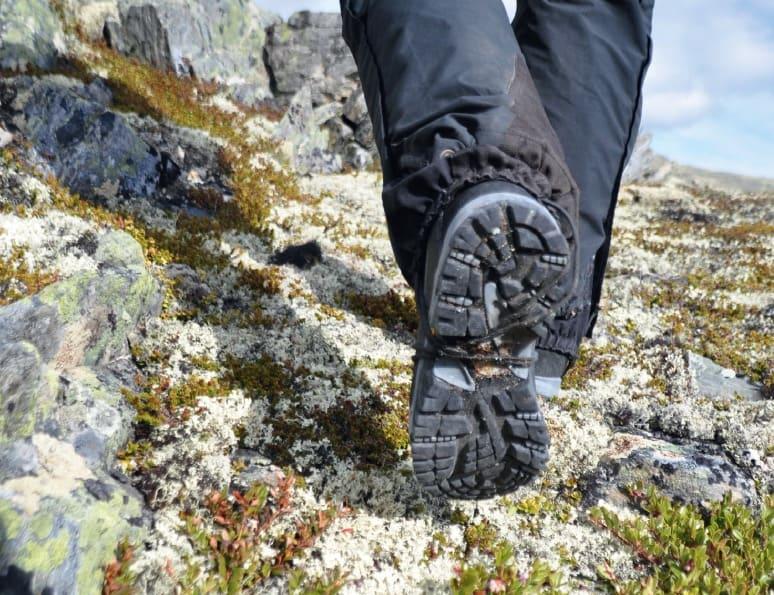 TILPASSET DEG: Det er blant annet terrenget du skal gå mest i som bør avgjøre hva slags fjellsko du velger.