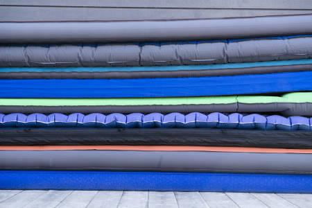 VARIERENDE TYKKELSE: Tykkelsen betyr mye – men langt fra alt – for komforten. Flere av liggeunderlagene har fyll for økt varme og komfort. De letteste er bare fylt med luft, og noen har forskjellige kombinasjoner. Foto: Martin I. Dalen