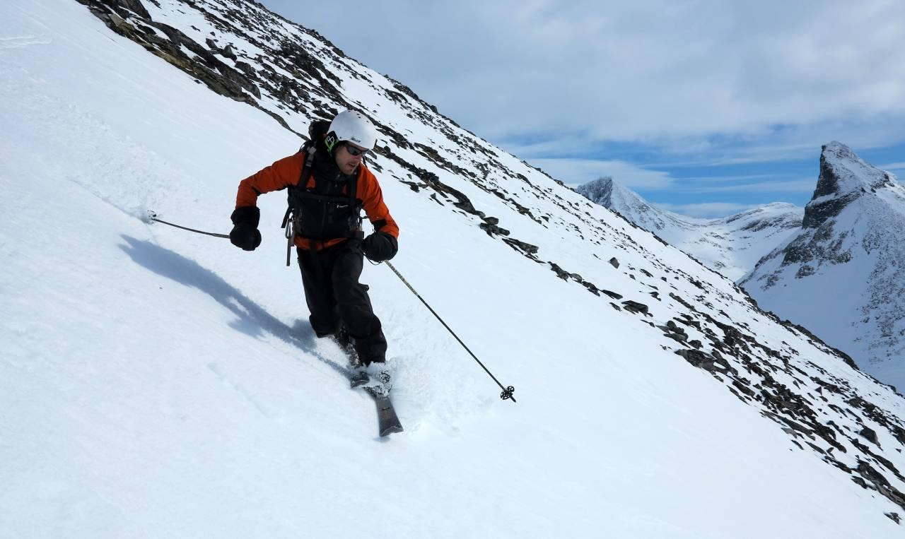 Med et par Åsnes Storetind kan du svinge nedover fjellsidene ved Leirvassbu, eller tusle innover viddene. Foto: Sandra Lappegard