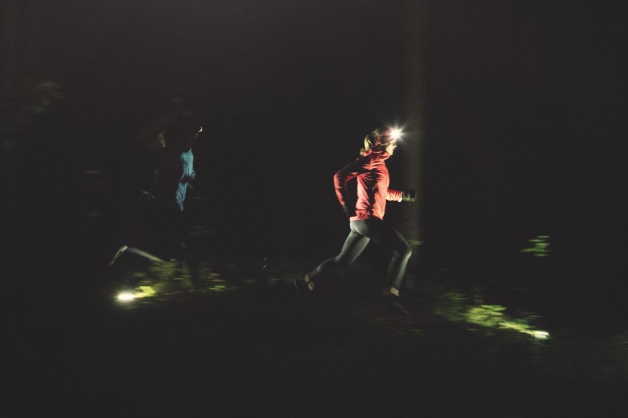 INN I SKOGEN: Velg en hodelykt med god batteritid, så kan du komme langt på fine løpestier selv etter mørkets frembrudd. Foto: Kristoffer H. Kippernes.