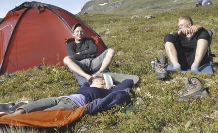 HVILETID: Om du skal sove eller bare roe litt ned i lyngen, er det på si plass med et liggeunderlag som gjør det mulig å slappe av. Foto: Sandra Lappegard