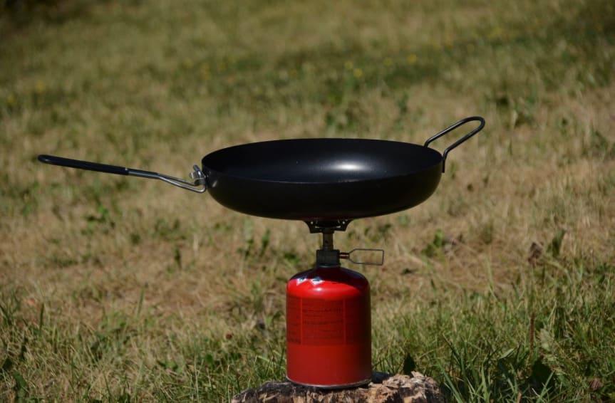 UTE-KJØKKEN: Når fangsten er god, er det takknemlig å ha utstyr som gjør at du ikke savner noe fra kjøkkenet hjemme.