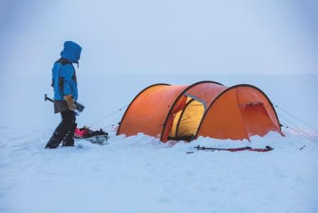 VÆR NØYE: Telting om vinteren kan være like givende som om sommeren. Strammer du opp teltet ordentlig og bruker alle festepunkter og barduner, skal det mye til for at dette teltet fra Fjällreven blåser over ende. Foto: Håkon Wike