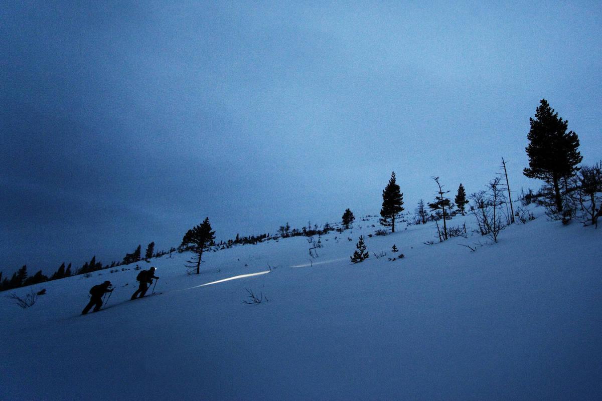 LYSE MULIGHETER: Selv om mørket faller på, kan det være fint å være ute. Foto: Kristoffer Kippernes