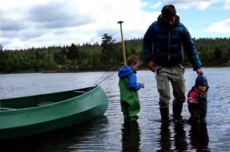 TØRR PÅ TUR: På kanotur er det en del mindre å tenke på når barna er tørre hele veien.