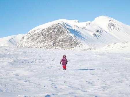 På leting: Aurora leter etter snøskavler. I bakgrunnen «Svartnuten» som lever opp til navnet sitt foran Rondslottet og Vinjeronden som er til høyre.