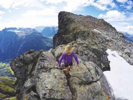 PÅ VEI OPP: Helle (8) på vei fra Blånebbas østligste toppunkt. Herfra kunne hun se rett ned i teltleiren vår i Vengedalen. Foto: Peder Løvik