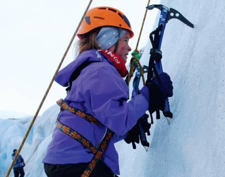 Spennande: Isklatring er ei ny utfordring for Linnea Lundekvam. Litt skummelt, men kjekt!