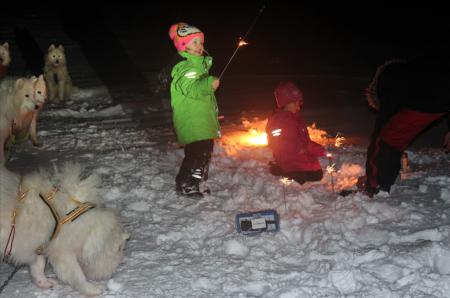 Kaya (5) og Hailey Bråten (4) er på sin første ekspedisjon med trekkhunder til Rogen i romjula og for å feire nyttår. Foto: Privat